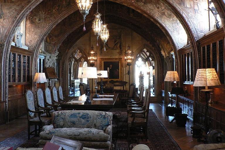 800px-Heast_Castle_library_p1080553