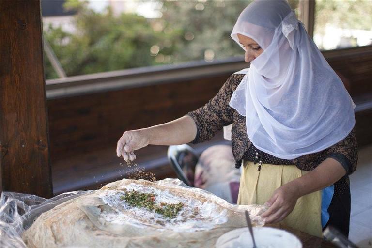 PN12IGA02320_Itamar Grinberg Druze woman preparing a traditional dish_norm