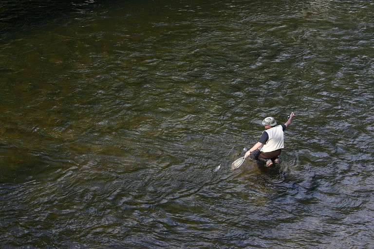 1024px-Fisherman_on_cheat_river