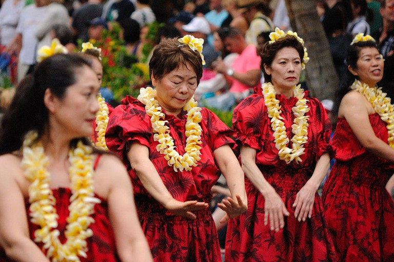 1024px-Honolulu_Festival_Parade_-_Tama_Hawaiian_Hula_(6869651206)