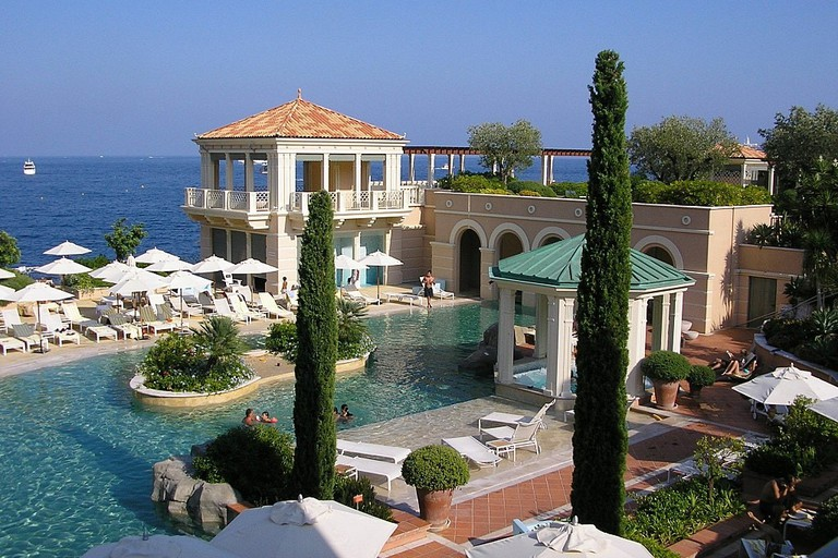 1024px-MONTE-CARLO_BAY_HOTEL_^_RESORT_10_-_panoramio