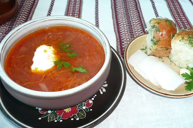 1024px-Ukrainian_Borsch_with_Pampushky_in_Zaporizhia