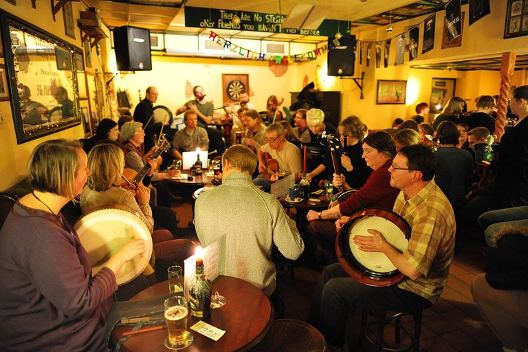 1200px-Irish_Folk_session_The_Old_Dubliner_Hamburg_337-0007-hinnerk-ruemenapf
