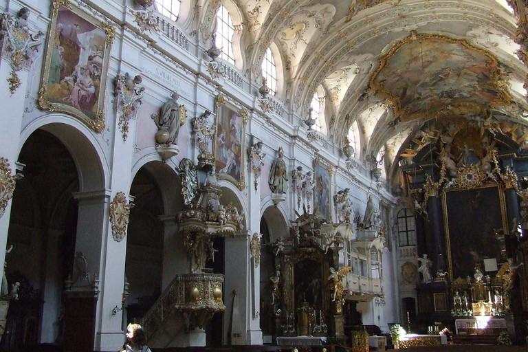 1280px-Basilika_St_Emmeram_Mittelschiff_Regensburg
