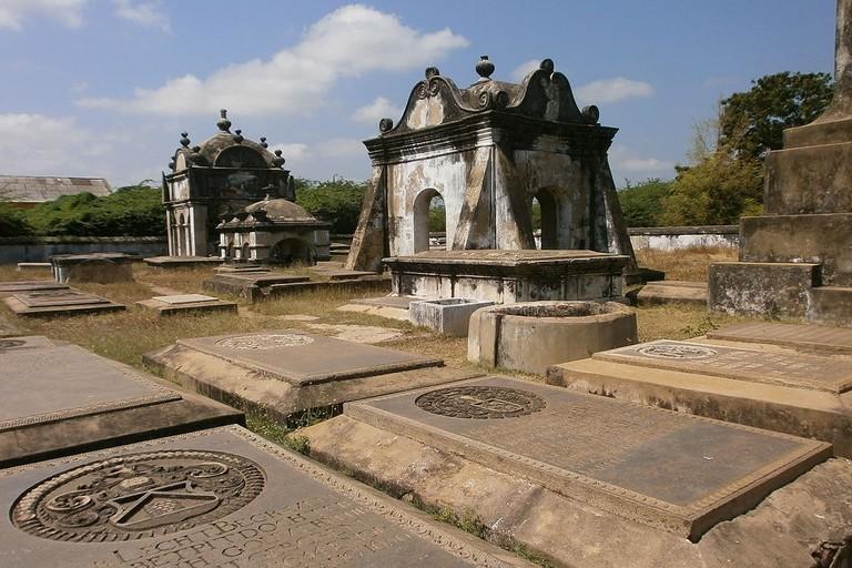 1280px-Pulicat-India-Dutch-Cemetery-5