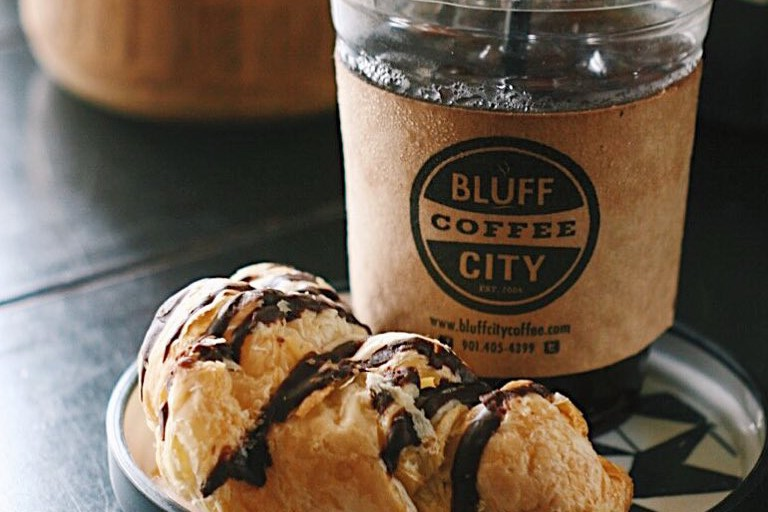 iced drink with chocolate pastry / (c) Bluff City Coffee /