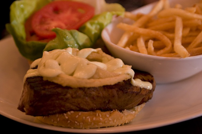 Tuna burger with spicy horseradish sauce