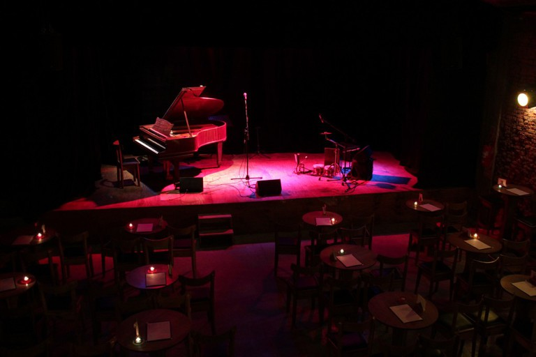 The stage at Cafe Vinilo