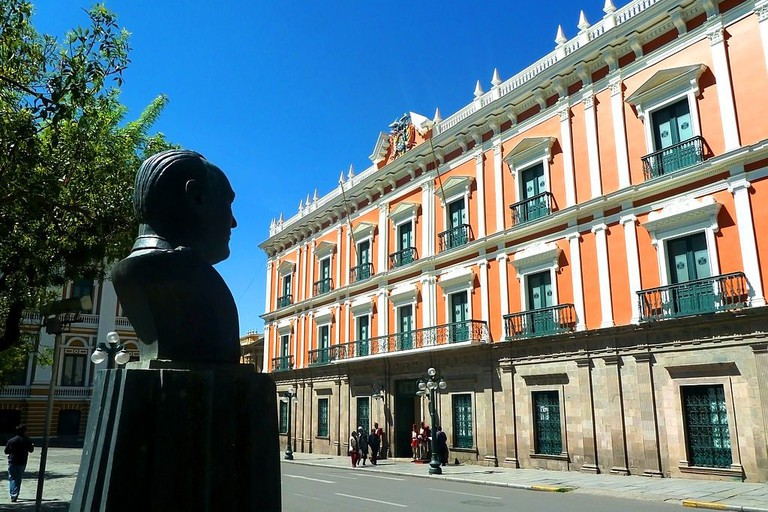 Palacio Quemado and a bust commemorating Gualberto Villarroel