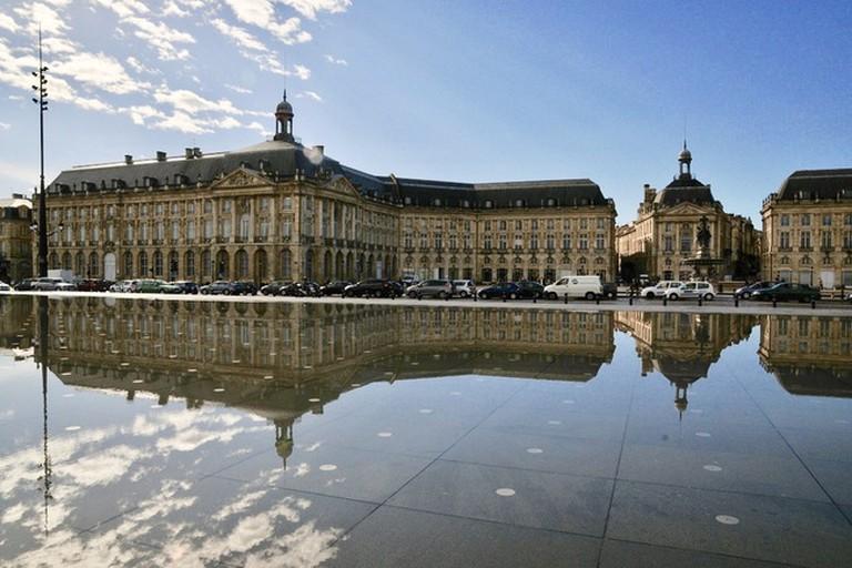 Musée National des Douanes reflecting on Bordeaux's Miroir d'Eau