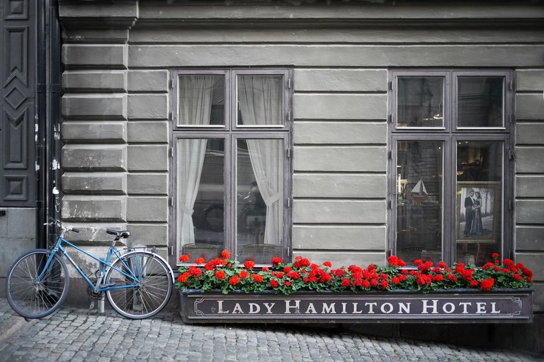 The charming exterior of the Lady Hamilton Hotel