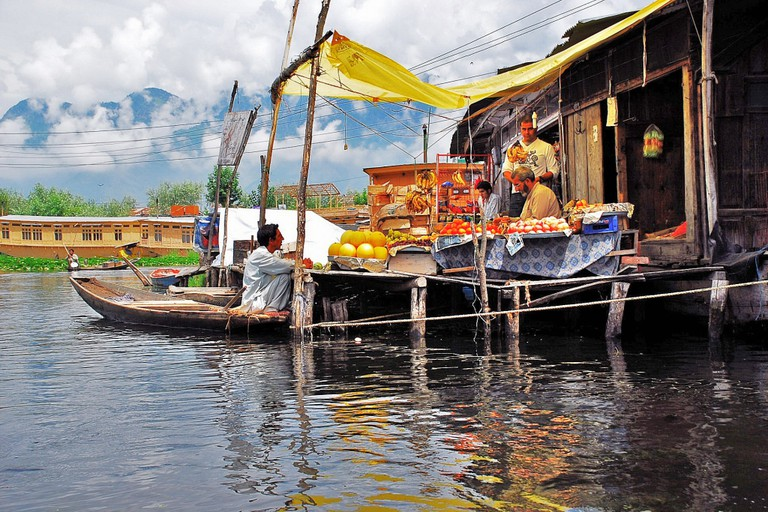 Floating vegetable market on Dal lake