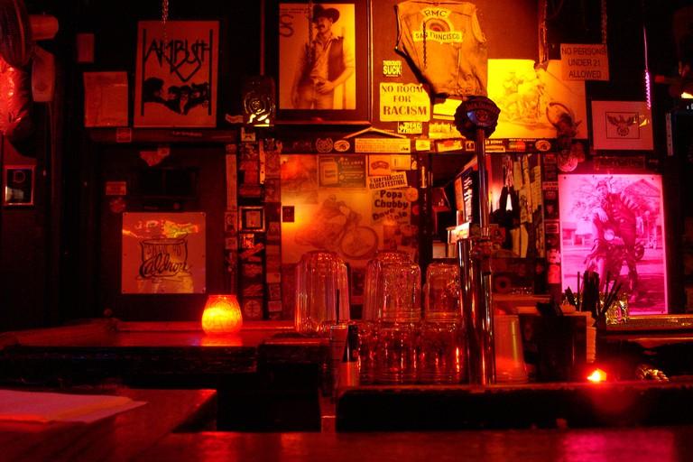 bar de motoqueiros-gays-com-barba-grande - aqui existem sub sub sub nichos