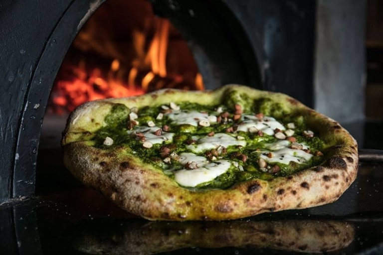 Pizza topped with pesto and freshly chopped nuts | © Tomas Rangel / Courtesy of Daniele Arend / Ella Pizzaria