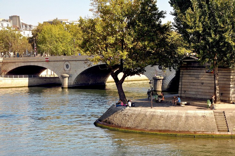 A spot to picnic on the Île Saint-Louis