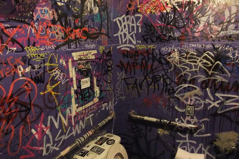 double-down-las-vegas-bathroom