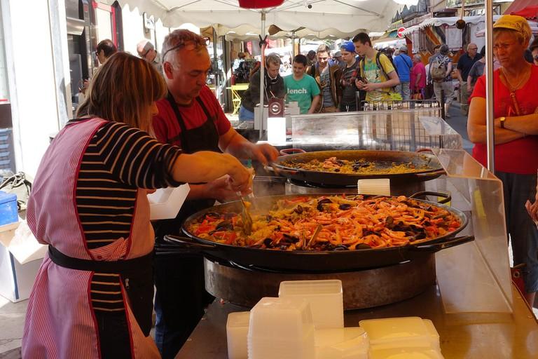 The Tuesday food market at Vaison-la-Romaine |© Edna Winti / Flickr