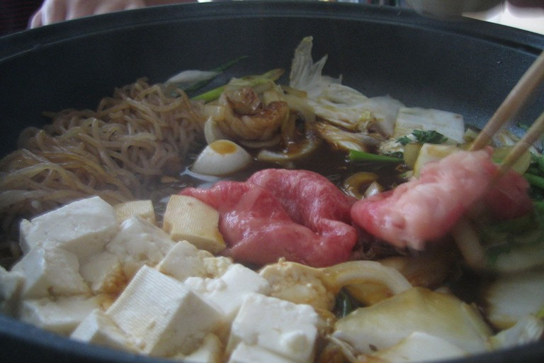 1280px-Bowl_of_sukiyaki_closeup