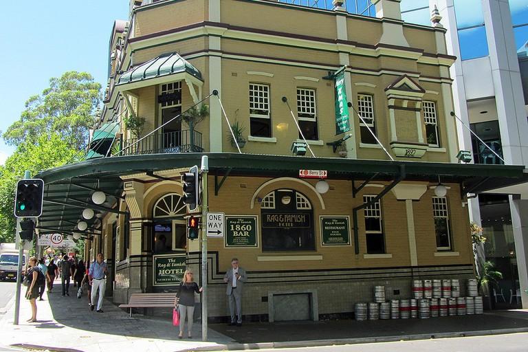 Rag & Famish Hotel in North Sydney © Newtown graffiti / Flickr