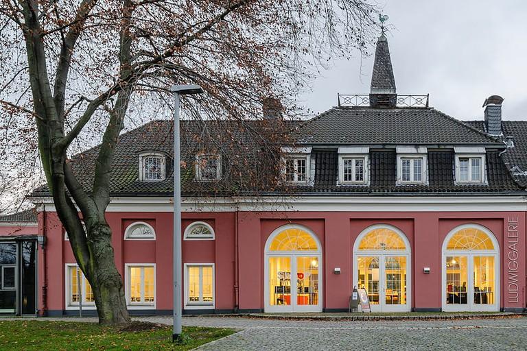1200px-Schloss-Oberhausen-Rueckansicht-2012
