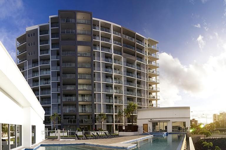 Oaks Gateway Suites Exterior Sunset