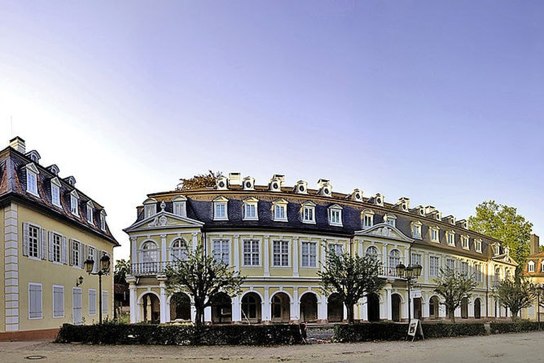 1024px-Hanau_-_Schloss_Wilhelmsbad_-_Panorama_1127-52_b3