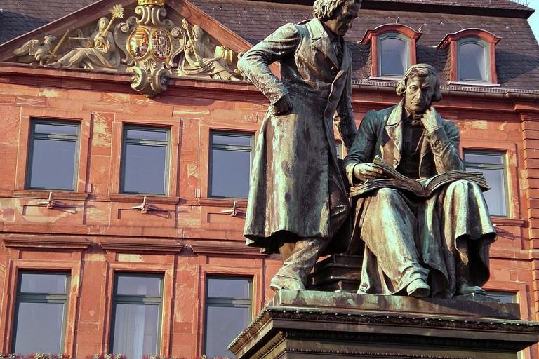 1024px-Hanau_Denkmal_Gebrueder_Grimm