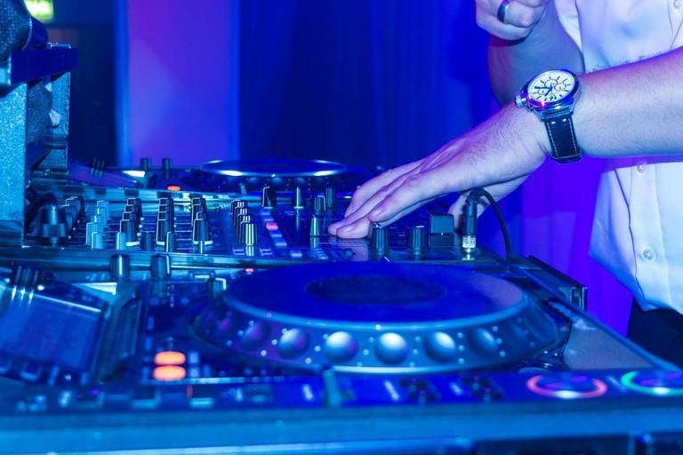 DJ Spinning | © phio/Pixabay
