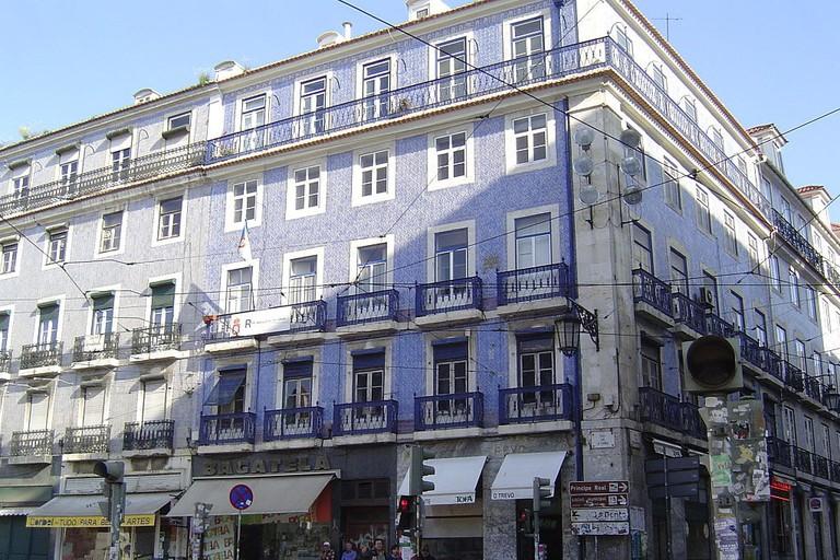 Houses_in_Praça_Luís_de_Camões_-_Lisbon_-_Apr_2007