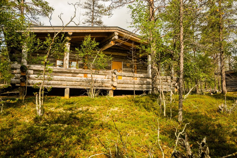Kakslauttanen_East_Village_2pers_large_cabin_outdoors_summer