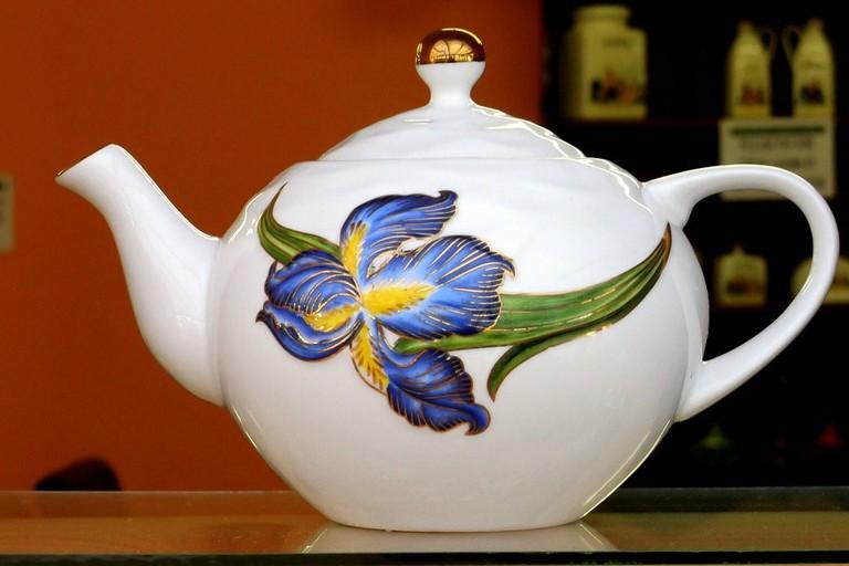 https://pixabay.com/en/tea-teapot-white-color-shelf-487186/