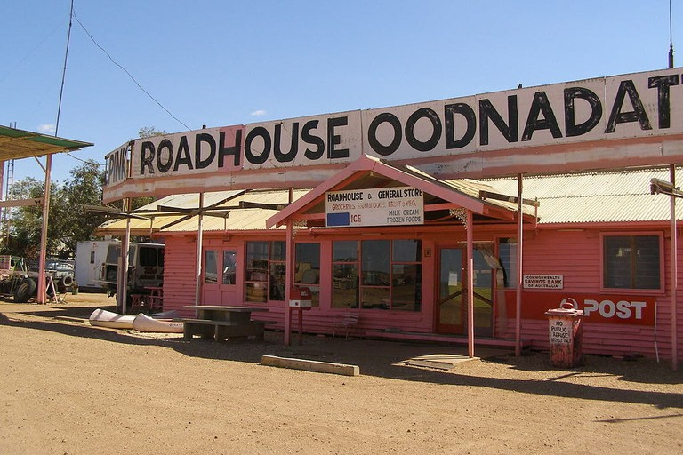 The Pink Roadhouse in Oodnadatta © Kr.afol / Wikimedia Commons