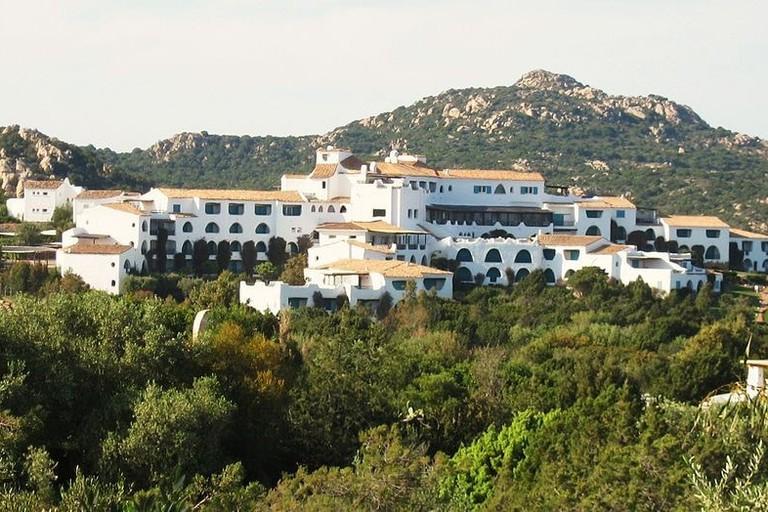 1024px-hotel_romazzino-1024x524