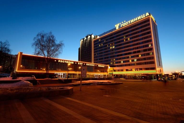 Hotel Yubileiny in Minsk at night | © Hotel Yubileiny