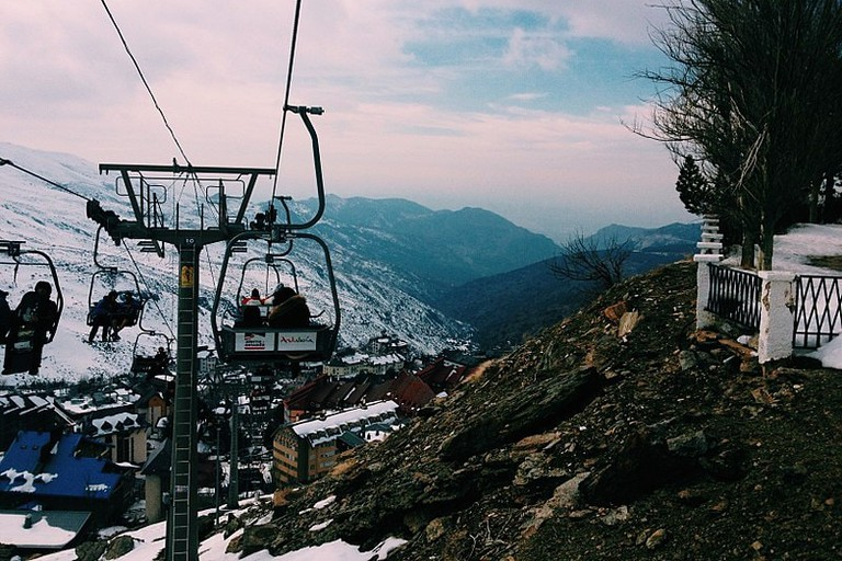 800px-Teleférico_de_Sierra_Nevada_y_vista_de_las_montañas