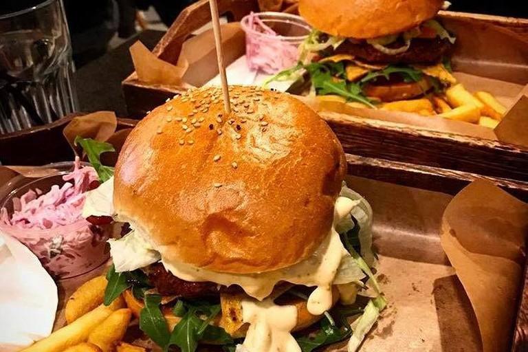 Huge burgers at Beef'N'Roll, Warsaw | © Beef'N'Roll