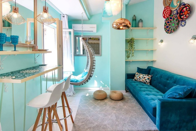 Colour is all the rage in this place in Cannes | © Aibnb