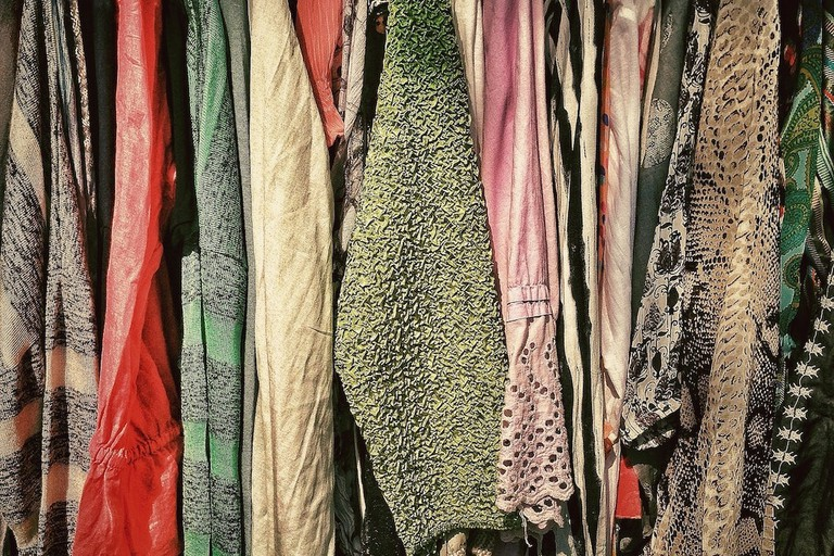 Rummage for second-hand clothes | © LoboStudioHamburg / Pixabay