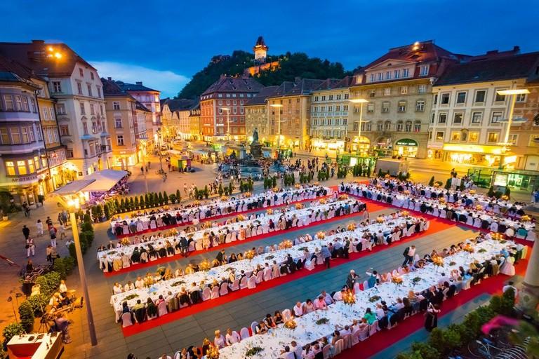 LOWRES_00000078799_Lange-Tafel-der-Genuss-Hauptstadt-Graz_Graz-Tourismus_Werner-Krug - Edited