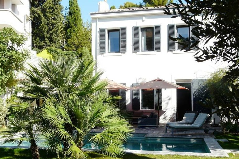 This big house with a pool is in the Perier district of Marseille |© Airbnb