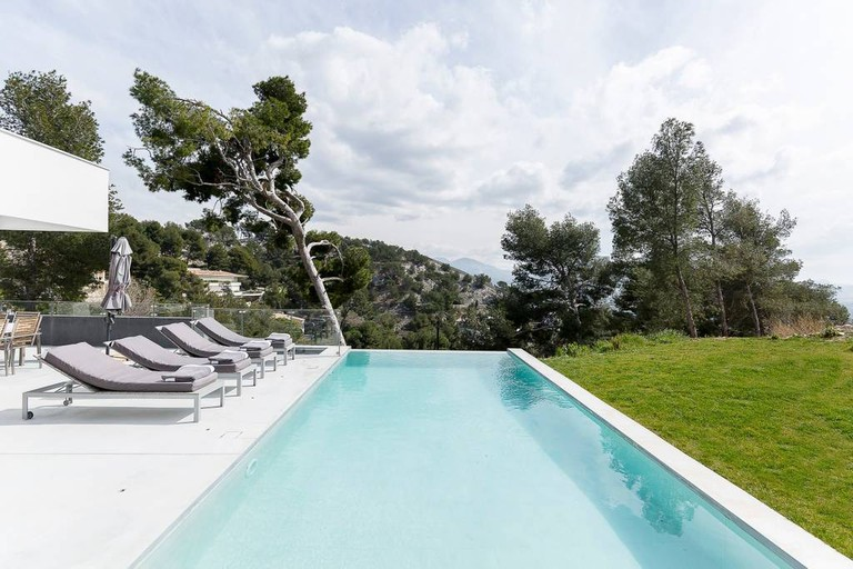 The attractions of this modern house in Roucas-Blanc are evident |© Airbnb