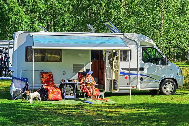 https://pixabay.com/en/rv-outdoor-mobile-home-2485774/