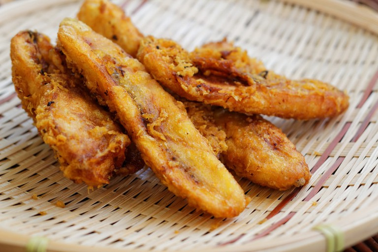 Fried bananas on rattan tray