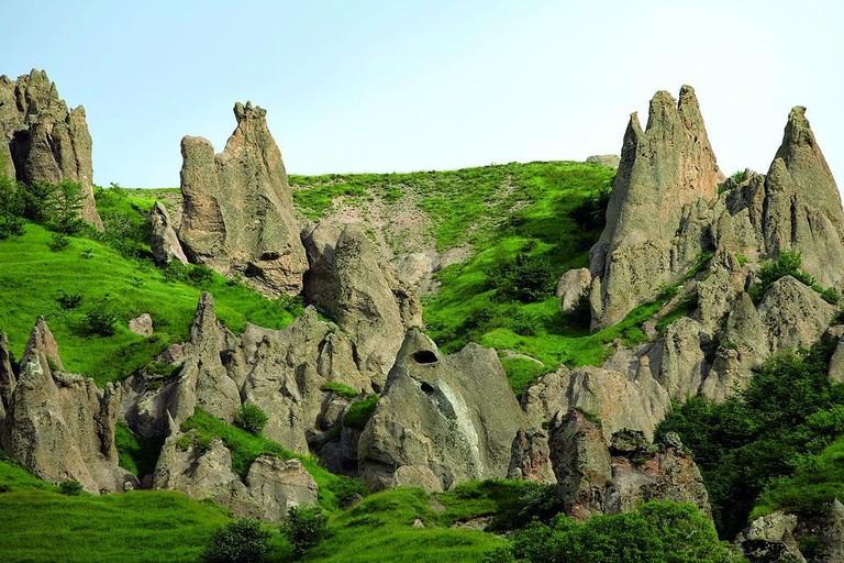 Stone_Pyramids_in_Goris