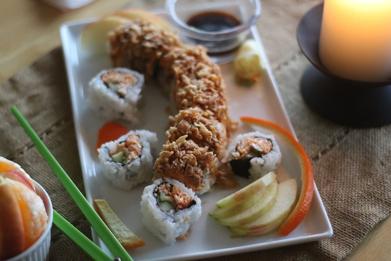 https://pixabay.com/en/sushi-food-arrangement-dragon-roll-2453153/