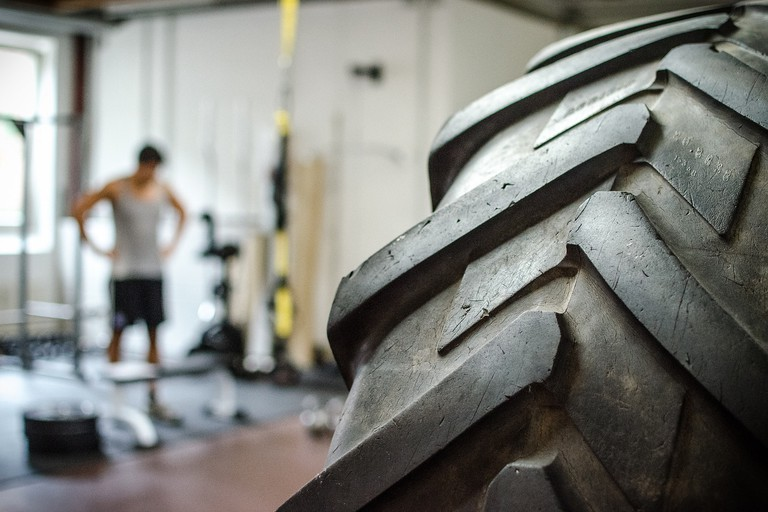Tyre in a gym © Gregor / Flickr