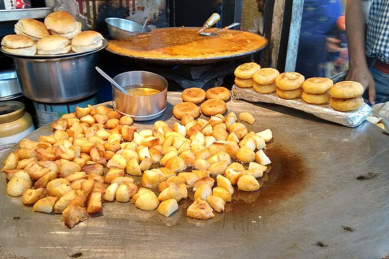 Welcome_to_a_typical_chaat_stall_in_Delhi-6