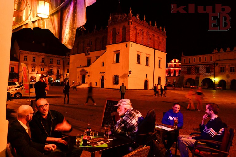 Drinks out the front of Klub EB in Tarnów's Old Town Square | © Klub EB