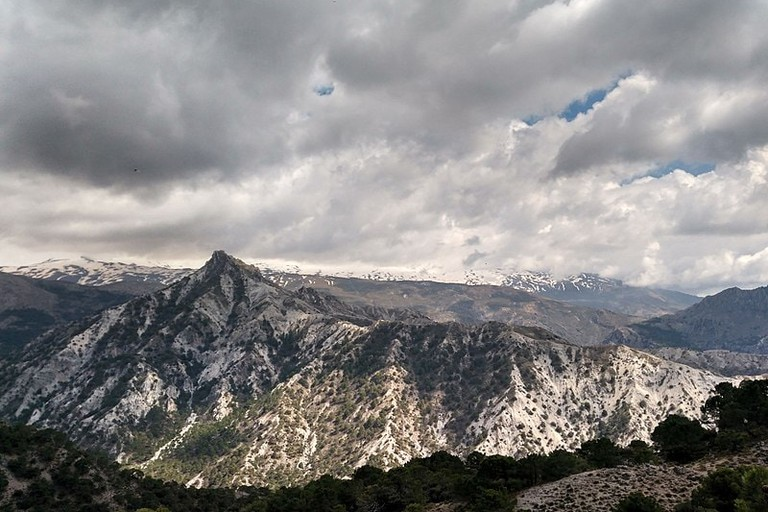 800px-Vista_del_monte_Trevenque_visto_desde_cerro_gordo