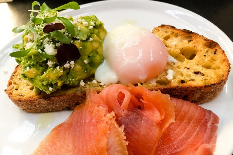 Avocado, salmon and egg on toast © Katherine Lim / Flickr